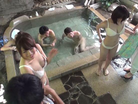 野球拳で負けた素人カップルのギャルが箱根の混浴温泉で見知らぬ男性客にチンポをねじ込まれるww