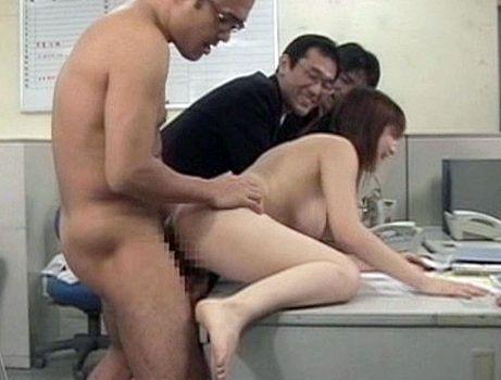 <ながえSTYLE>中年社員がオフィスで働く美人OLを白昼堂々やりたい放題で犯す