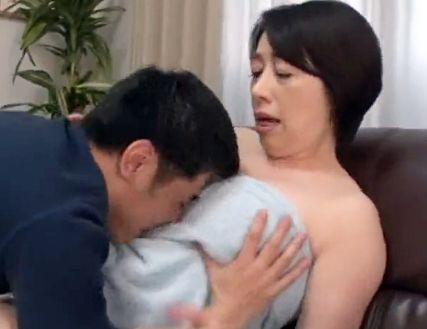 風呂上りの50歳のお母さん・・タオル一枚の豊満ボディに息子のムスコがフル勃起!か・・母さん⇒母子相姦へww
