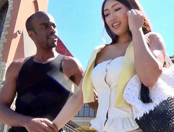 海外旅行中の熟年美女が黒人ナンパ師の連れられマフィアのボスに・・ボスのハードメガチンポにおばさんが犯される