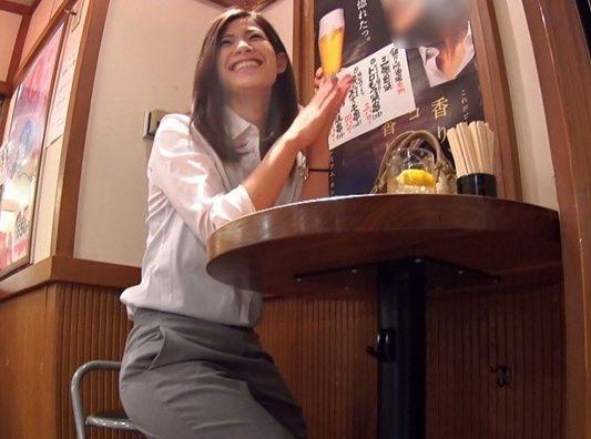 居酒屋で一人チューガイを飲む美人OLを軟派してHOTEL連れ込み泥酔させてイタズラ開始