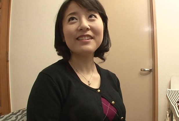 40歳の垂れ乳おばさんが2回目のAV出演。2本のチンポに挟まれて悶絶する