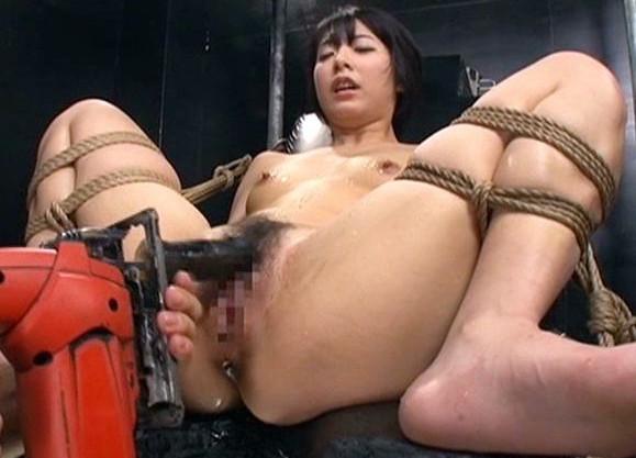 女捜査官が敵組織に捕まりM字拘束されてドリルバイブで快楽拷問される