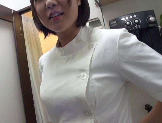 鍼灸院でマッサージのバイトをする女子大生の美人按摩師とバイトの休憩中にお店に内緒でこっそり生ハメ乱交