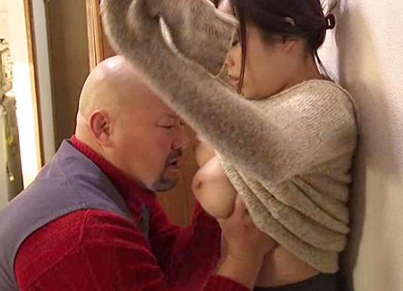 粗暴なおじさんに巨大な乳房を激しく揉みしだかれて乳を吸われながら犯され悶絶する豊満美女の卑猥なエロドラマ