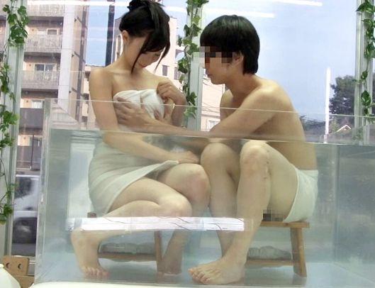 《素人企画》友達同士で混浴してエロいことしてもsexを我慢できるかモニタリング⇒ローション素股でチンポ挿入