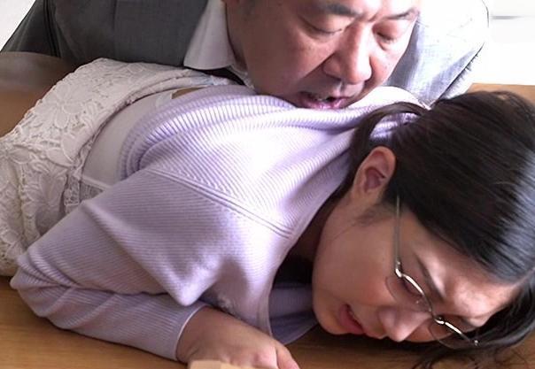 <ながえSTYLE>職場で旦那と仲の悪かった同僚おじさんが自宅に押し入ってきて嫁をその場で強引にNTR。感じてしまう嫁