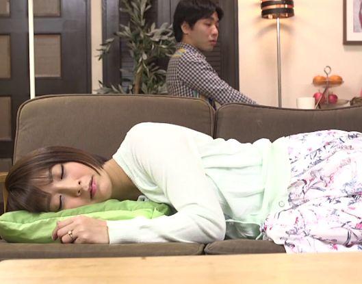 すやすや寝ている美女・・手を出してはいけない相手にも関わらず我慢できず夜這いする