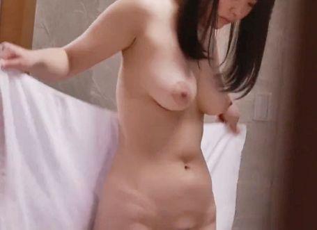 混浴露天風呂で見知らぬ男に口説かれて彼氏がいるのに脱衣所でこっそり浮気sex