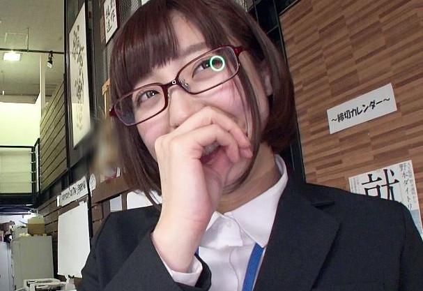 固定バイブを装着した状態でイキながら会社説明をする真面目そうなメガネの女子社員