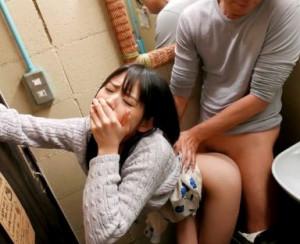 「声が漏れちゃぅぅ!!」喫茶店のトイレで即ハメ鬼突きされて声を押し殺して悶絶絶頂