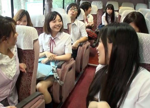 修学旅行のバスの中で女子生徒が男子のチンポをフェラ抜き口内射精して旅館に着いたらハーレム主観sex