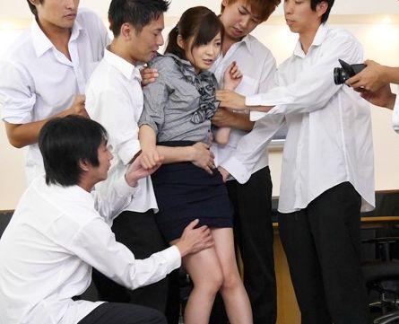 職員室で犯される美人女教師が生徒達から濃厚ザーメンを顔面にぶっかけられてドロドロになるww