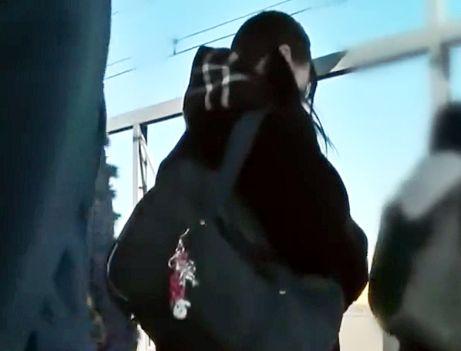 <レズ痴漢>予備校帰りの制服少女を電車内で女性にチカンされて悶絶する