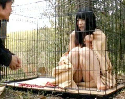 山奥で全裸で飼育されている女子学生の少女が男達に次々犯されてしまう