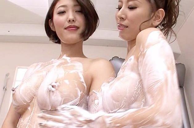 <レズバトル>ライバル同士のソープ嬢が洗体泡塗れでローションマットでイカせ合う