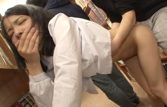 「ッンン!!」図書館で本を探す制服少女が痴漢集団に声を押し殺して犯される