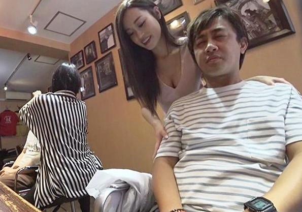 お店にバレないようにドキドキしながら痴女美容師さんに手コキしてもらう