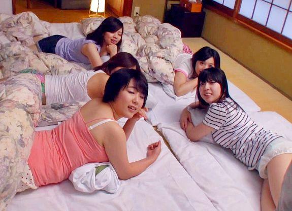 修学旅行の夜、女子部屋で女の子たちと主観ハーレム乱交で盛り上がる