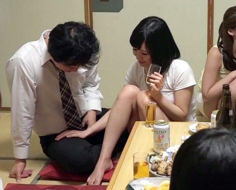 同窓会で会った元クラスメイトの人妻がパンチラして勃起チンポを誘惑する