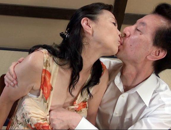 還暦を迎えた熟年夫婦がご無沙汰sexを改善するため刺激を求めて温泉旅館に行き客室で激しく交尾する