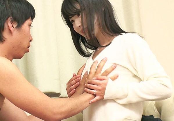 精飲好きの看護婦さんが素人童貞君の童貞筆おろし!膣内から溢れた精子をすくい取ってごっくんww