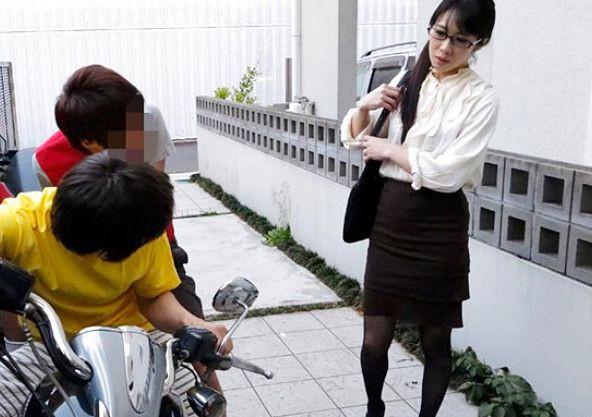 メガネ美人の高級マダムPTA会長が近所の問題ショタに襲われ子供チンポに快楽堕ち