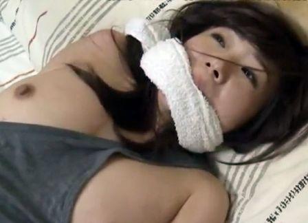<ヘンリー塚本>女の部屋に忍び込んだ男に拘束され力ずくで姦淫される人妻熟女