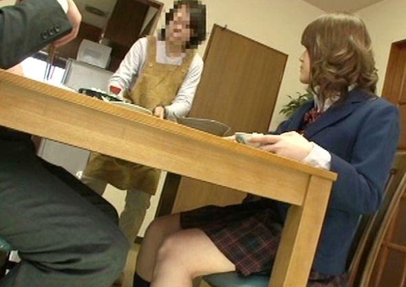 家族団欒の食卓の下で足を延ばして互いの股間を責め合う父娘。母にバレないようにセックス開始