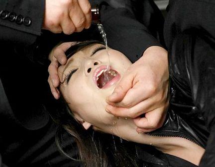 部下に鞭振る超高飛車な潜入捜査官のお嬢様が浮浪者に拘束し薬で抵抗を奪い浮浪者のおじさんに犯される