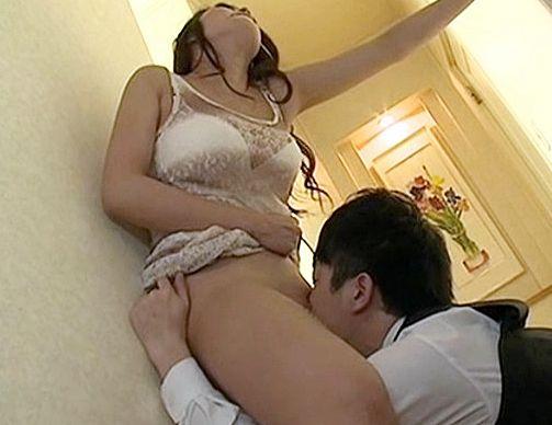 旦那との単調な毎日に股間が有閑な美人マダムが運転主の男性の立派なポコチンに激しく欲情しベロチューsex