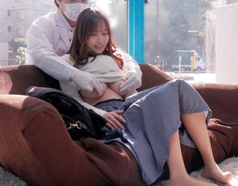 客室乗務員をしていた極上奥様をマジックミラーの部屋の中で乳輪をマッサージして湿った股間にNTR