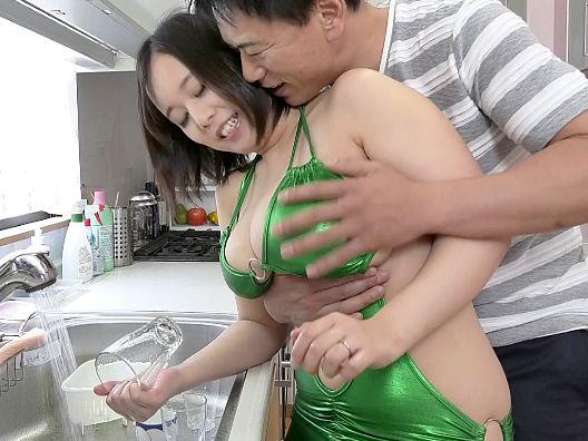 エロすぎる格好で夫やその友人を誘惑しパイズリや素股で精液を搾り取る