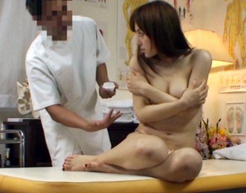 悪徳整体師が密室で女性客の奥様をNTR!警戒する奥さんの股間をほぐしてチンポをぶち込む変態施術師
