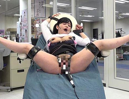 同僚が働くオフィス内でガラス張りの実験室で拘束椅子に座らされたOLが超強力電マの実験に晒される・・