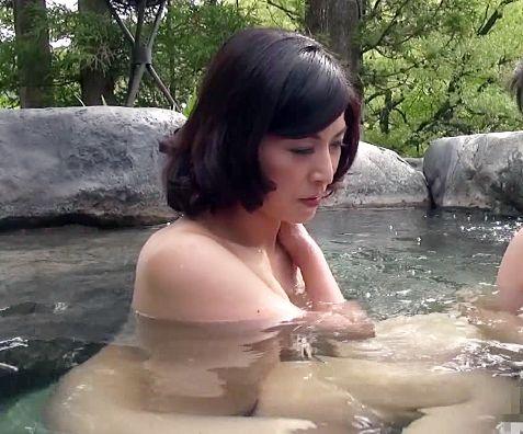 50過ぎのお母さんと息子が親子で仲良く温泉旅行で禁断の母子交尾