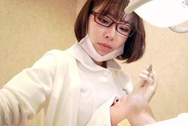 美人歯科衛生士さんに院内で施術中に胸を押し付けベロチュー!堪らずセンズリする客のチンポを鑑賞しながら乳首責め