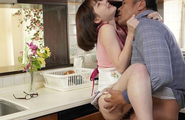夫が外でタバコを吸っている間にキッチンで嫁が義父に中出しされる