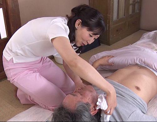 訪問介護の仕事をする既婚おばさんが要介護の爺さんたちの性欲処理までしてあげる
