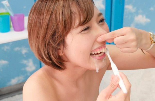 軟派した歯科衛生士の女性が精子の歯石除去効果を自身のお口で確かめるww