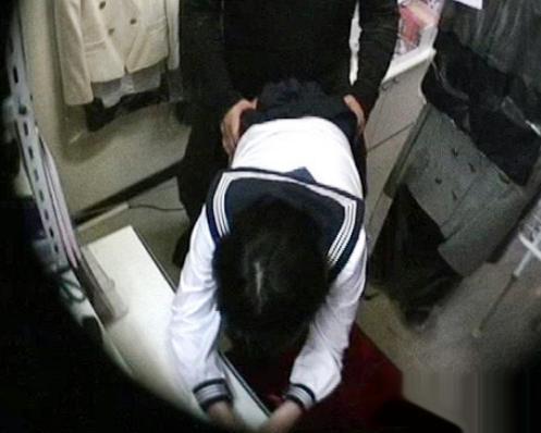 ブルセラショップの店長が売りに訪れた少女にチンポをねじ込む姿を盗撮カメラで撮影
