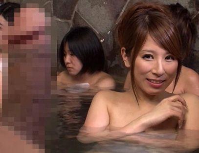 ついうっかり女湯に入浴してチンポを勃起させちゃう変態男・・反り立つチンポに思わず欲情する温泉客