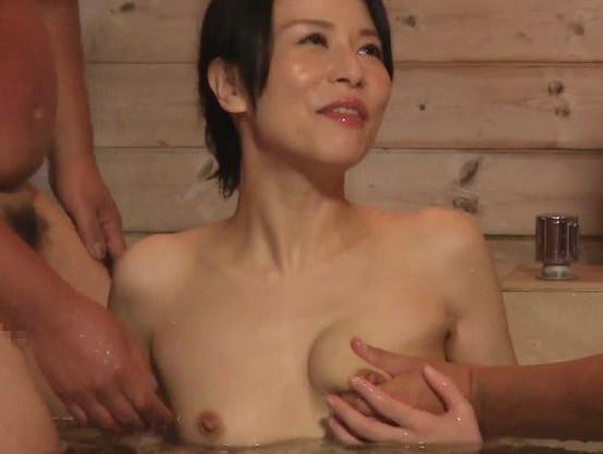 旦那のいる44歳の美熟女セクシーアイドルがヒッチハイクした男2人と露天風呂で3Pセックス!
