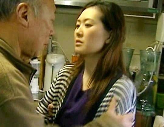 お爺ちゃんの勃起したペニスをしゃぶり台所で交尾を開始する淫乱お母さん
