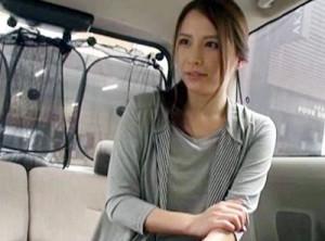 買い物帰りの美麗奥さんを街中で軟派!車内に連れ込みチンポ握らせ即尺してもらう!