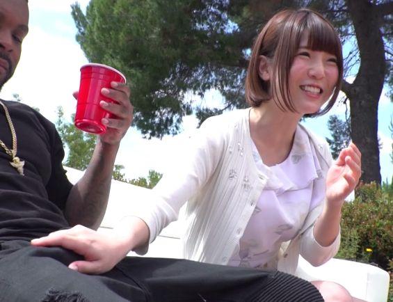 チンコでっか!!笑顔で余裕を見せる美少女もワールドクラスの巨チン黒人にハメられイキション漏らして悶絶絶頂