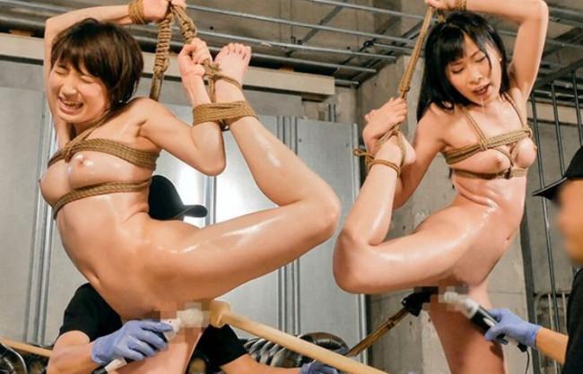 麻縄で縛り上げられた美女2人が調教師の男に身動きできない身体にチンポをねじ込まれ犯される