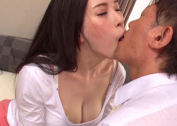 巨乳母が息子のDTチンポを性教育!一心不乱な腰を振る息子に乳を揺らしてイキっぱなし!
