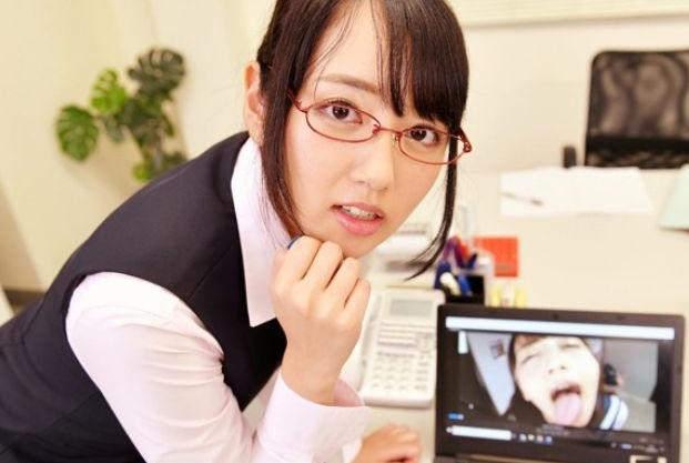 <VR>仕事中にエロ動画を覗いていたのを先輩OLにバレてお仕置きフェラにオフィスで主観セックスという神展開ww