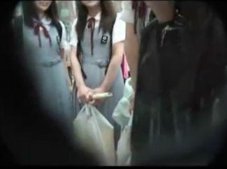 修学旅行中の制服少女を軟派⇒チンポボロンして恥ずかしがる少女に手コキ&フェラさせる